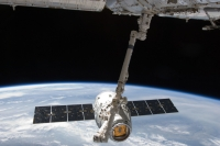 Dragon-C2 am Manipulatorarm der ISS